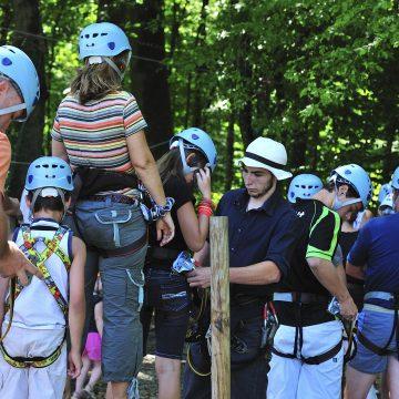 Parc accrobranche situé dans les Crêtes Préardennaises, le Chêne Perché propose divers tyroliennes et autres jeux de pleins aires pour les enfants dans le sud des Ardennes